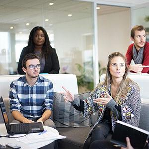 équipe de communication en séance de rédaction